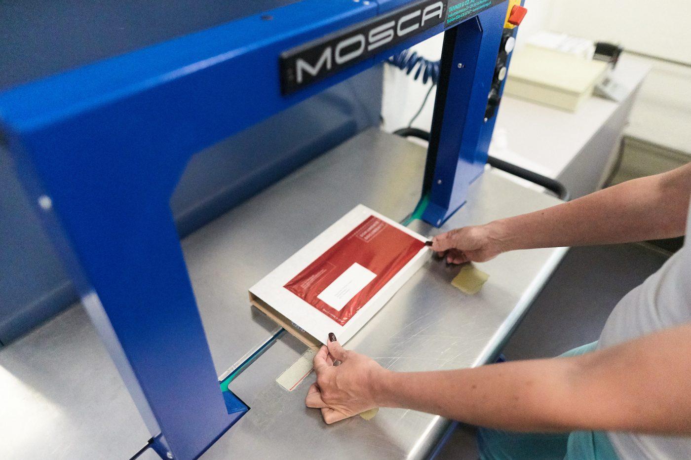 Briefe Falten Und Eintüten Maschine : Verpacken mailing züriwerk